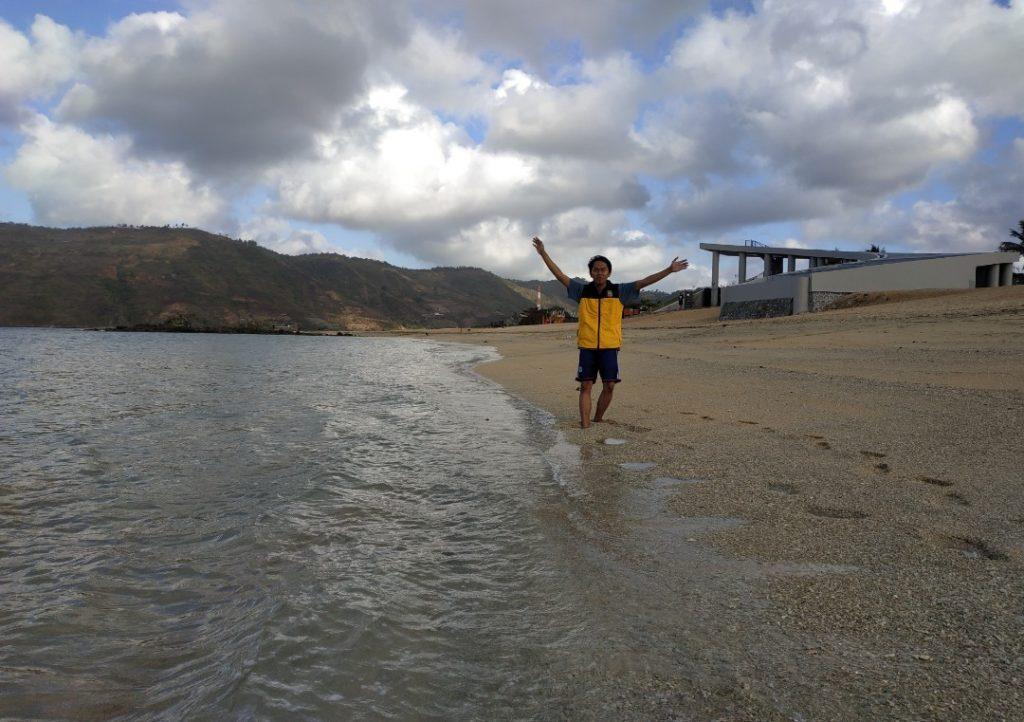 Foto tiba di Pantai Kuta Lombok selama menempuh perjalanan 3 hari menggunakan Vespa